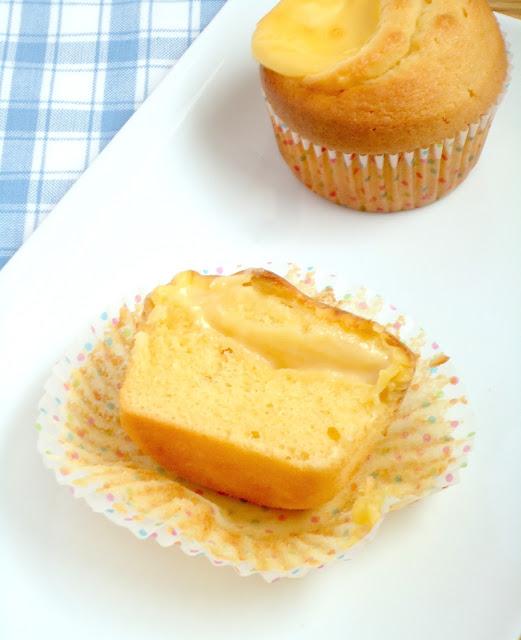 In een eerdere post liet ik zien dat het heel makkelijk is om zelf je gele room te maken! Gele room is ook uitermate geschikt om mee te bakken. Zo maakte ik al eens deze appeltaart met gele room en nu custard cakes. Het is het lekkerst als ze nog een beetje warm zijn, de zoete cake is heerlijk met de zachte warme custard. Maar ook koud kan ik ze niet weerstaan.  Ingredienten voor 12 stuks 1 portie gele room 150 gram roomboter 150 gram suiker 150 gram zelfrijzend bakmeel 3 eieren   Bereidingswijze Maak de gele room zoals aangegeven in het recept.  Verwarm de oven voor op 170 graden. Mix de boter met de suiker wit en romig. Mix 1 voor 1 de eieren door het beslag totdat deze volledig opgenomen zijn. Zeef het bakmeel en spatel dit door het beslag.  Vul een muffinvorm voor 2/3 met het cakebeslag! Ik gebruik vaak een ijstang voor het maken van muffins! Leg een theelepel (een flinke) gele room in het midden van het cakebeslag. Het is niet erg als het een beetje uitloopt.  Bak de cupcakes in 25 minuten af op 170 graden. Laat ze iets afkoelen en neem een flinke hap… of 3!