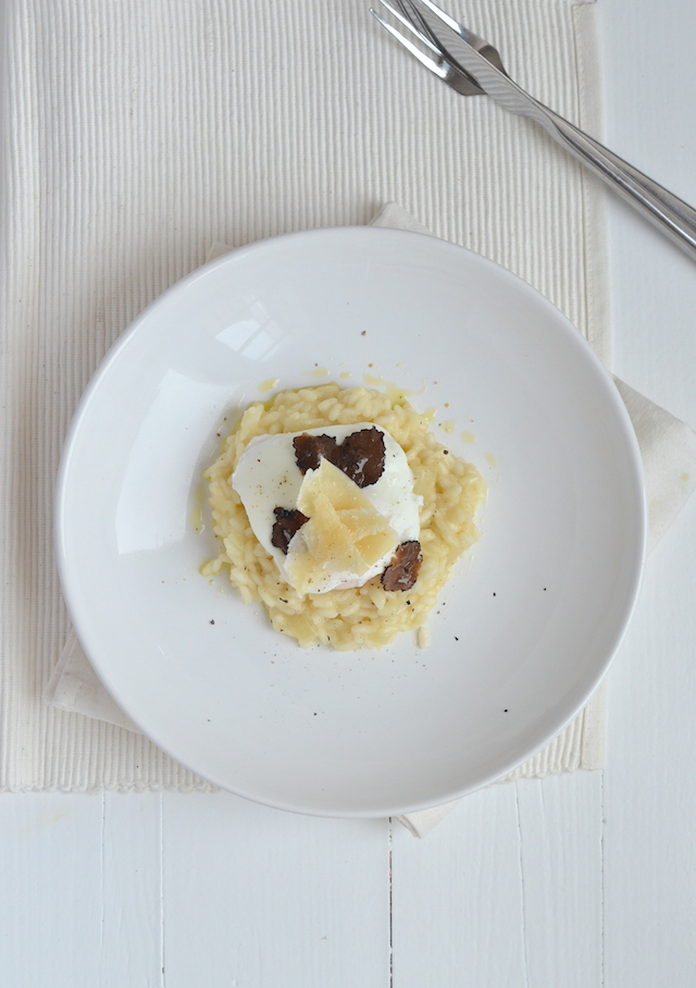 Garneer de risotto met truffel met nog een paar schaven Parmezaan en ...: uitpaulineskeuken.nl/2014/12/risotto-met-truffel-en-een-gepocheerd...