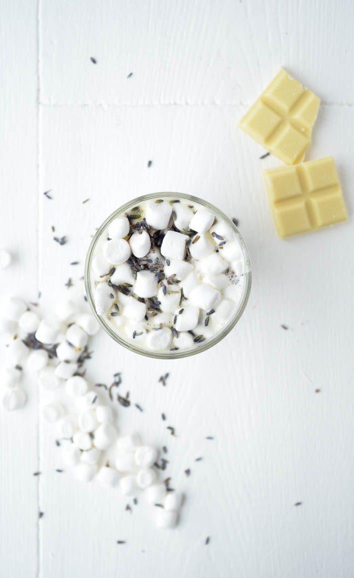 Witte chocolademelk lavendel