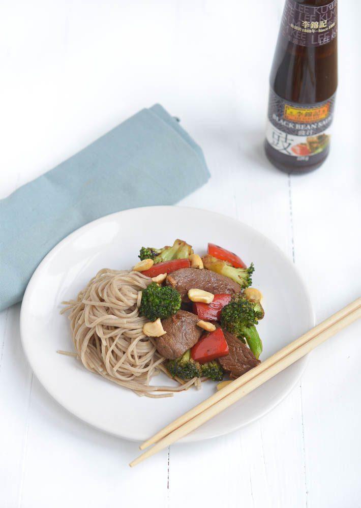Snelle wok met bief en zwarte bonensaus