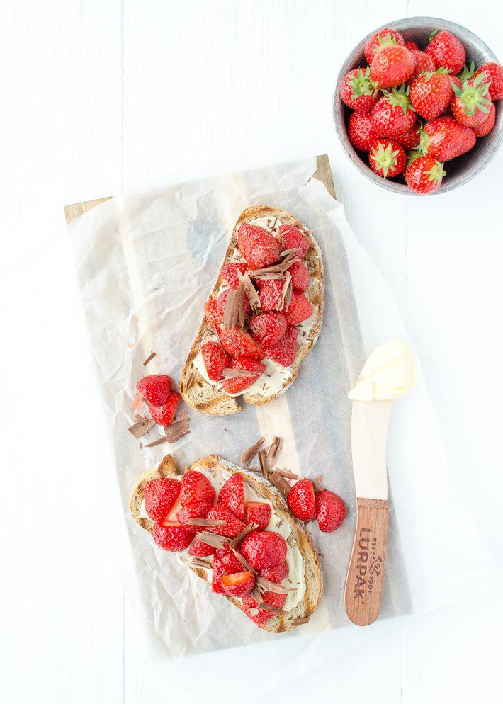 Toast met aardbeien en chocola