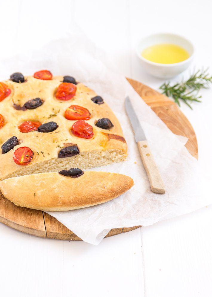 Focaccia met tomaat en olijven