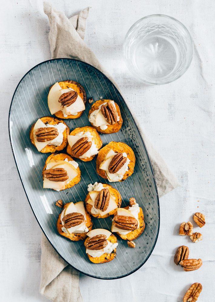 Zoete aardappel crostini's met blauwe kaas