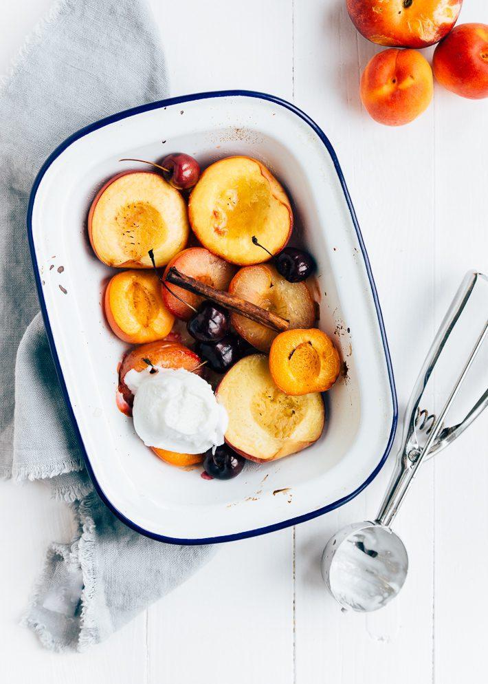 Geroosterd steenfruit met yoghurtijs