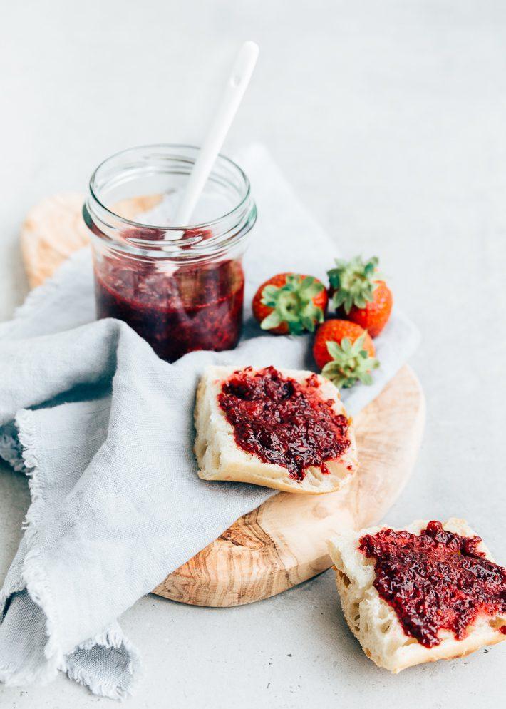 Chia jam met rood fruit