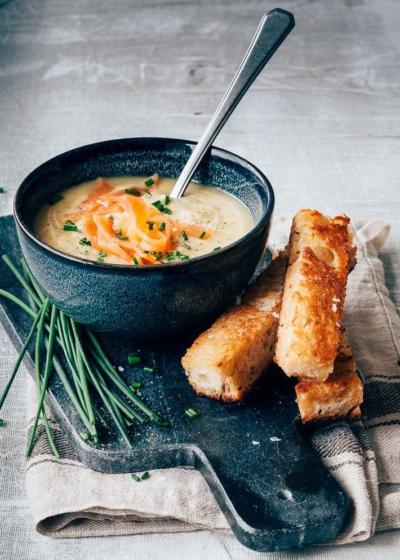 Aardappelsoep met zalm en broodsoldaatjes