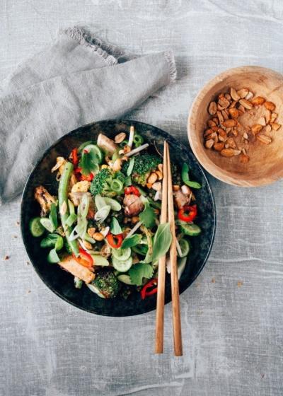 Wok gerecht met kip en Aziatische pesto