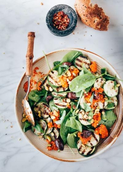 Gegrilde courgette salade met romesco