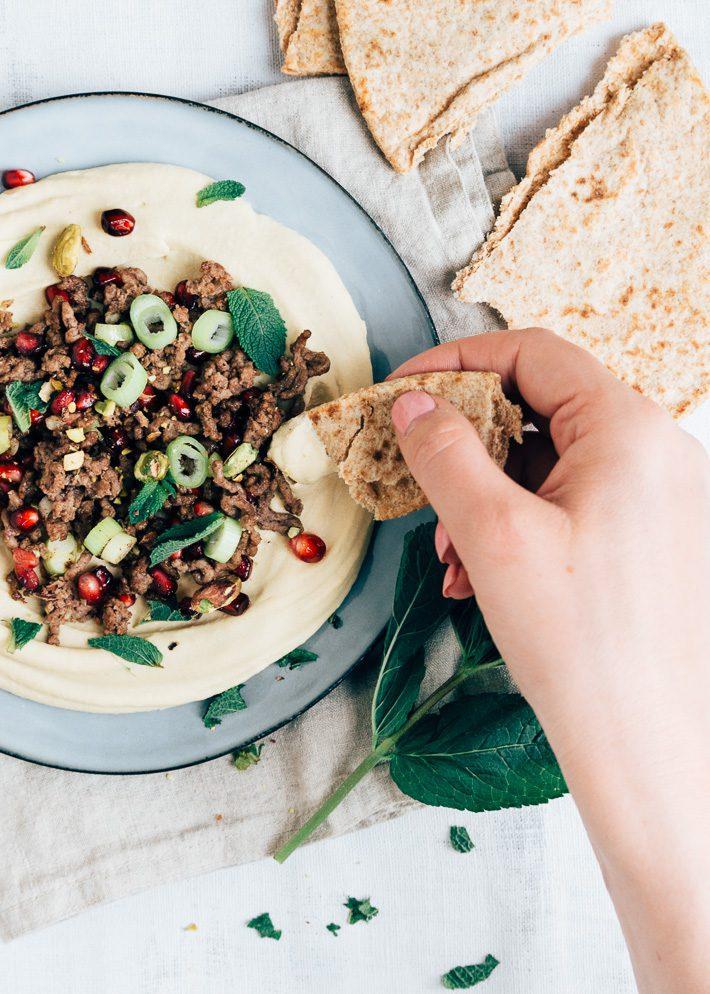 Hummus met gekruid gehakt