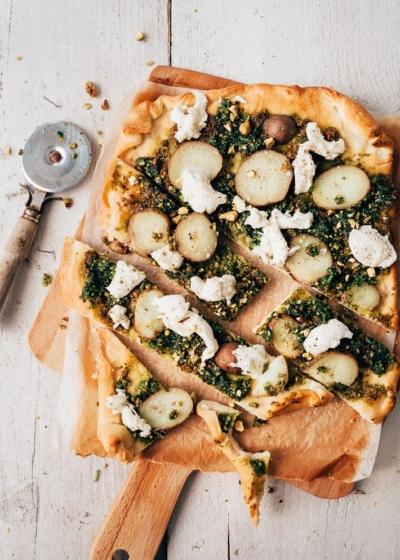 Pizza met aardappel en mozzarella