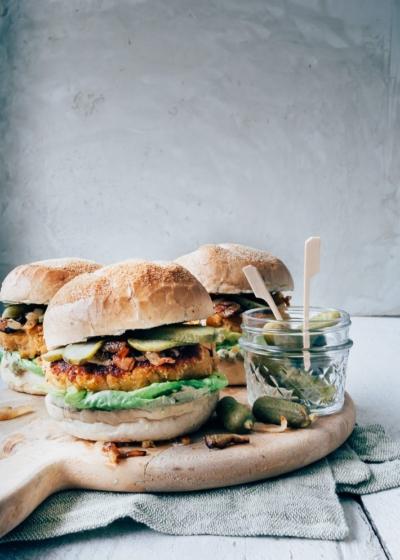 Vegetarische zoete aardappel burger met avocado mayo