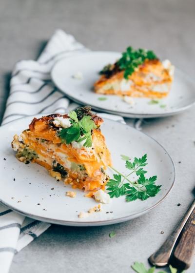 Zoete aardappelschotel met broccoli en zalm