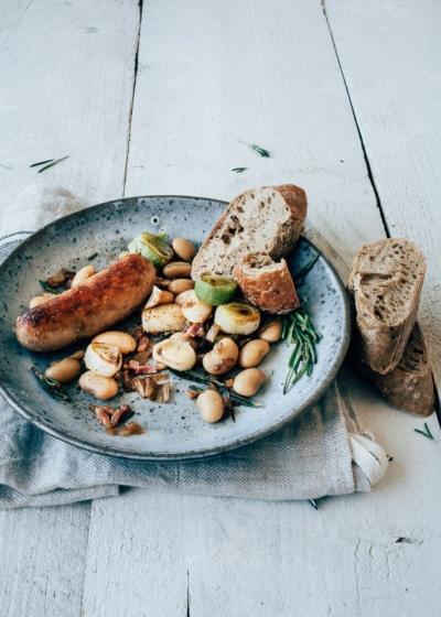 Snelle bonen stoofpot met worstjes, prei en rozemarijn