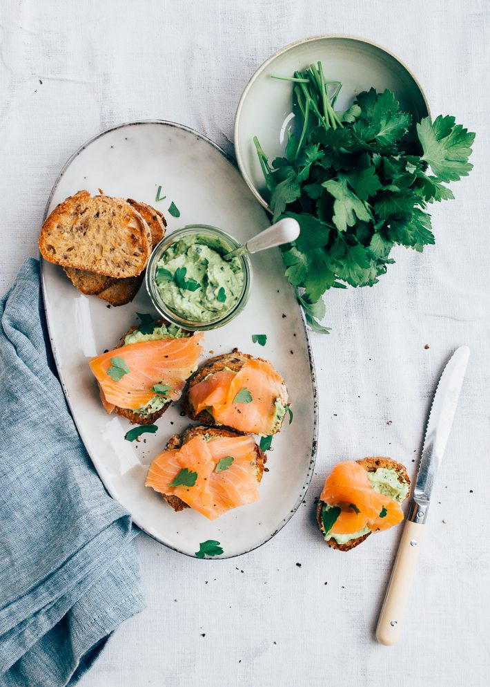 Crostinis-met-zalm-en-avocado-1.jpg