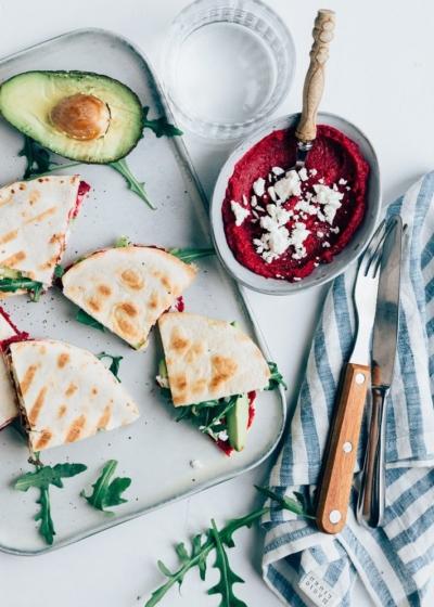 Mini quesadilla's met biet en avocado