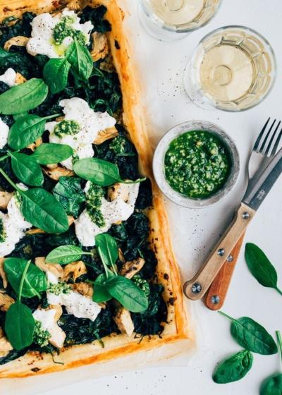 Plaattaart met spinazie en burrata