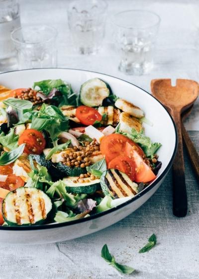 Gegrilde courgette salade met halloumi