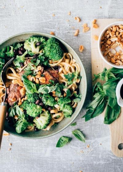 Noedels met zwarte bonensaus, biefstuk en broccoli