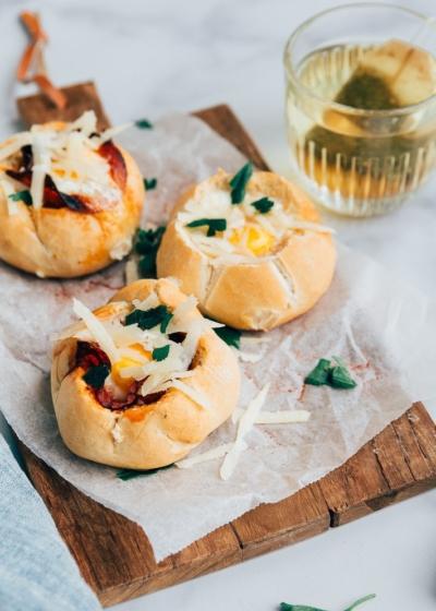 Spaanse broodjes gevuld met ei en chorizo