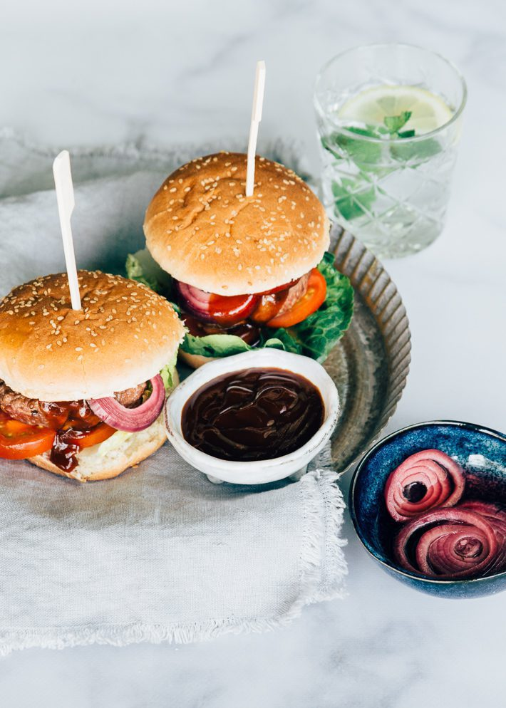 BBQ-burger-met-zoetzure-ui-4-4.jpg