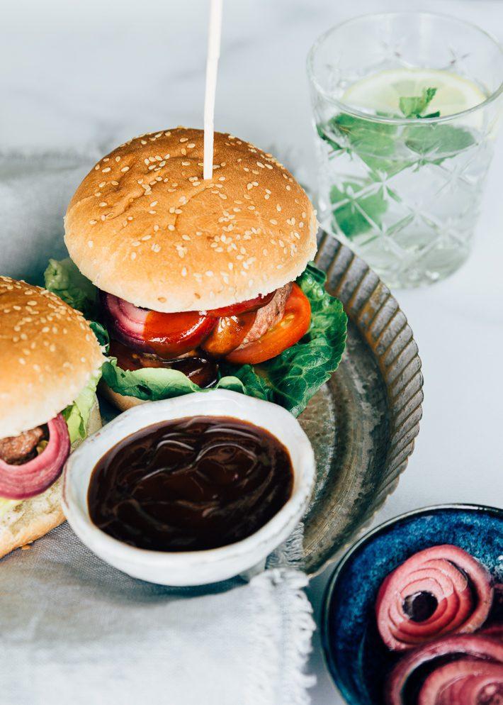 BBQ hamburger met zoetzure ui