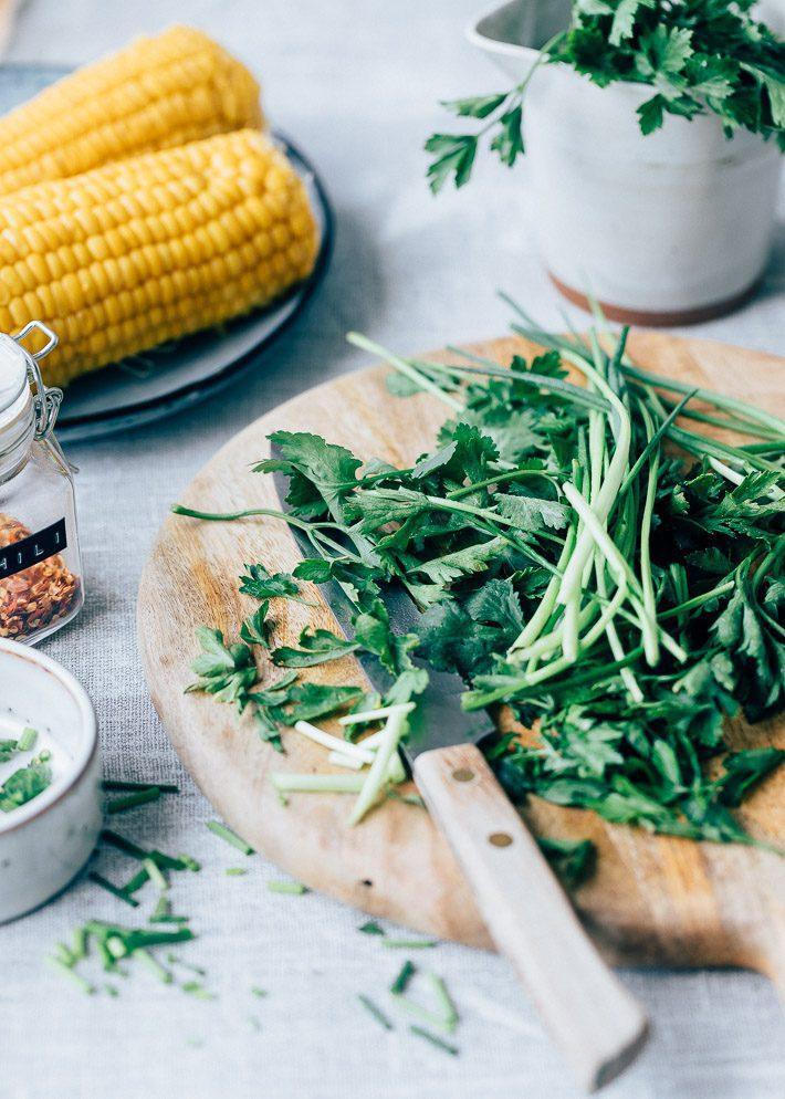 Gegrilde maïssalade met feta en salsa verde