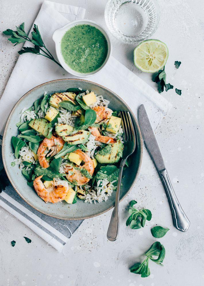 Salade met garnalen en gegrilde avocado