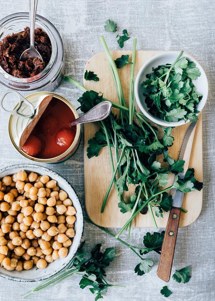 Vegetarisch ovengerecht met tomaten en kikkererwten