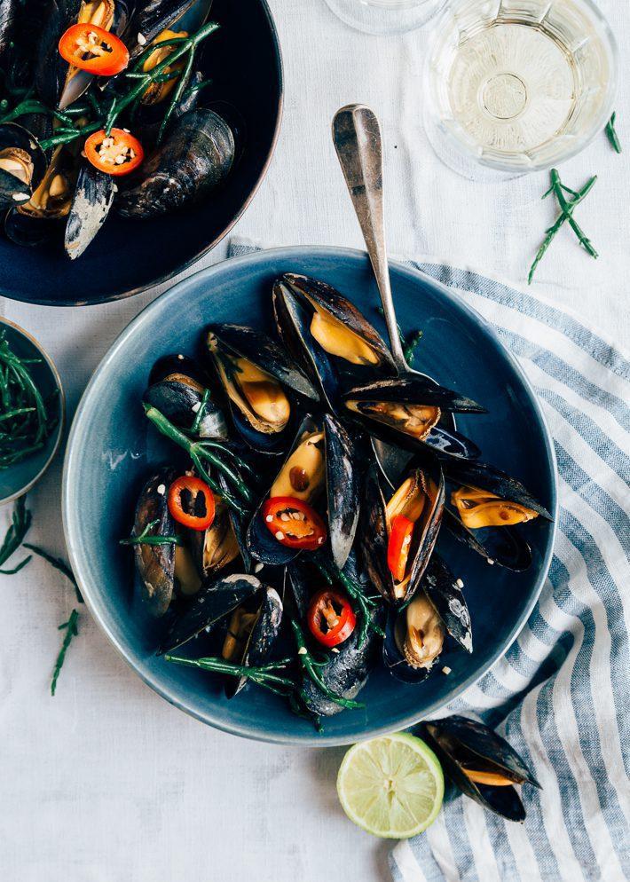Gewokte mosselen met oestersaus en zeekraal