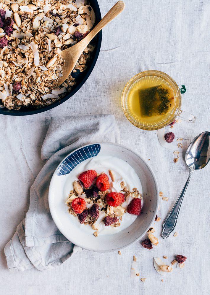 Granola met gedroogde frambozen en witte chocolade