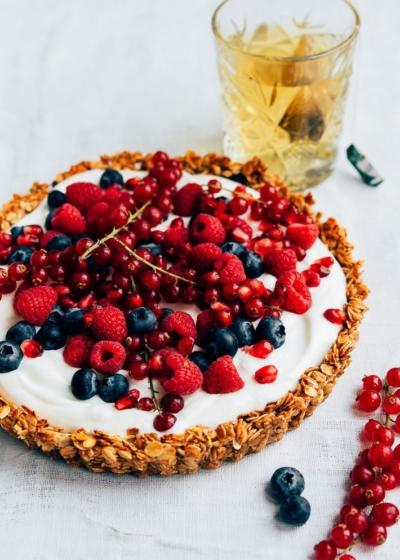 Granolataart met rood fruit