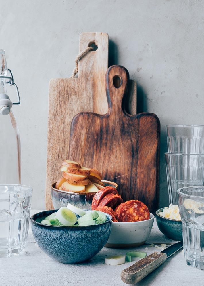 Spaanse tortilla blokjes met chorizo, doperwten en prei