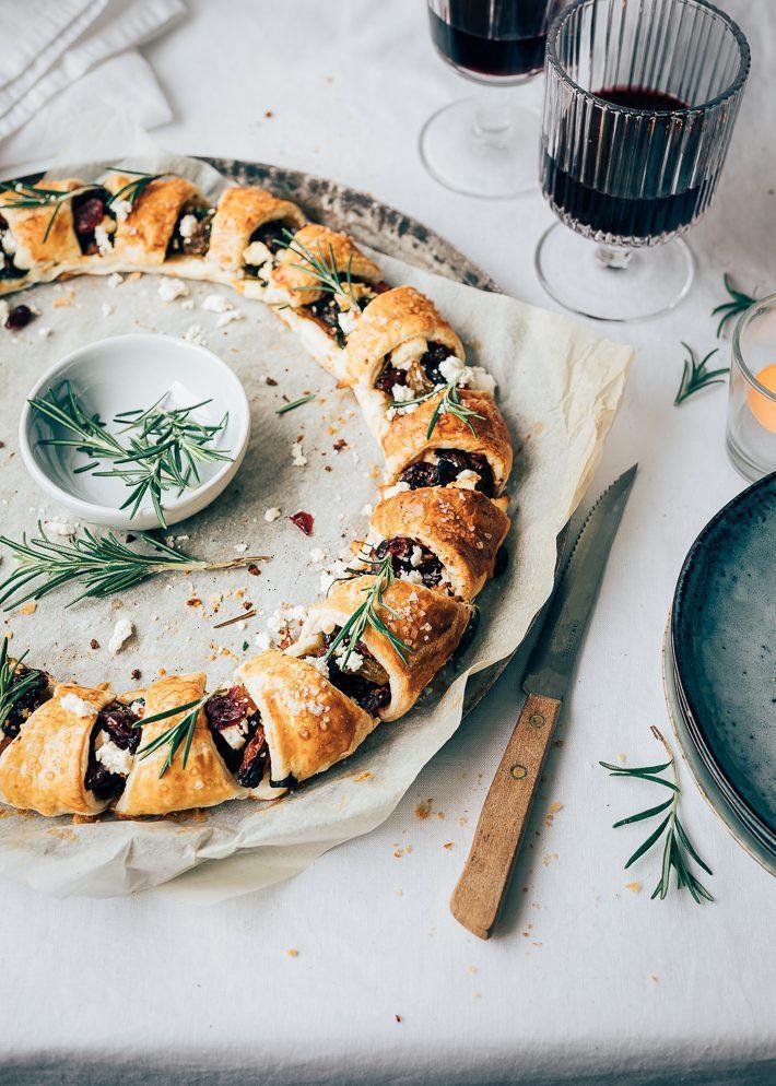 Kerstbuffet: Bladerdeegkrans met gekarameliseerde rode ui