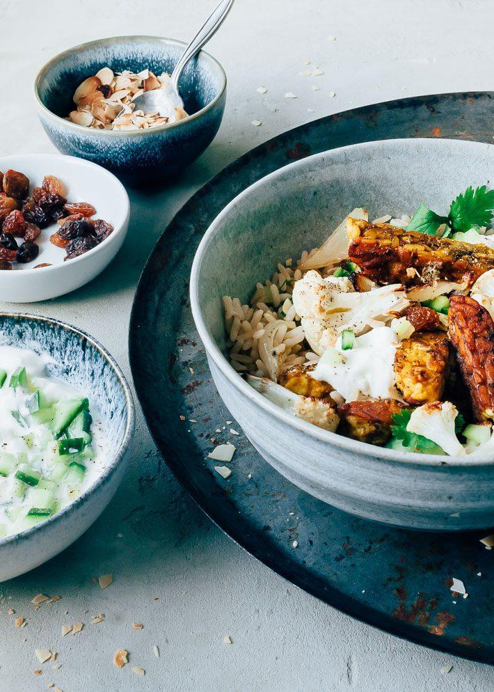 Kerrie bowl met tempeh, geroosterde bloemkool en rozijnen