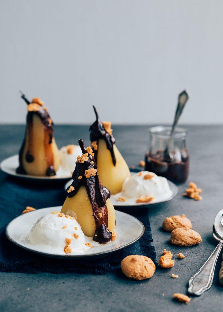 Kerstdessert: Gepocheerde peren met warme chocoladesaus