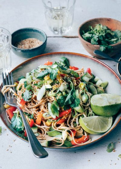 Thaise noedelssalade met pindadressing