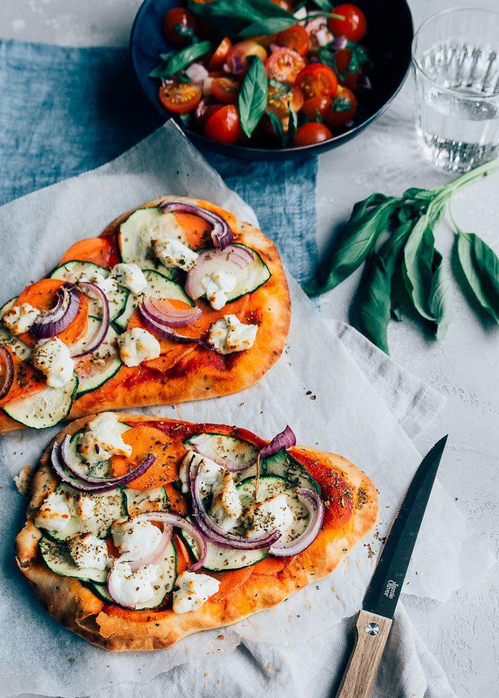 Naanpizza met veel groente en geitenkaas