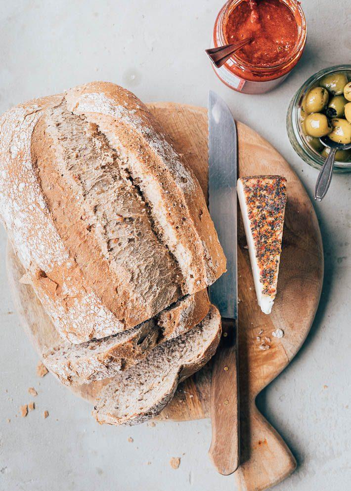 Toast met harissaspread, geitenkaas en olijven