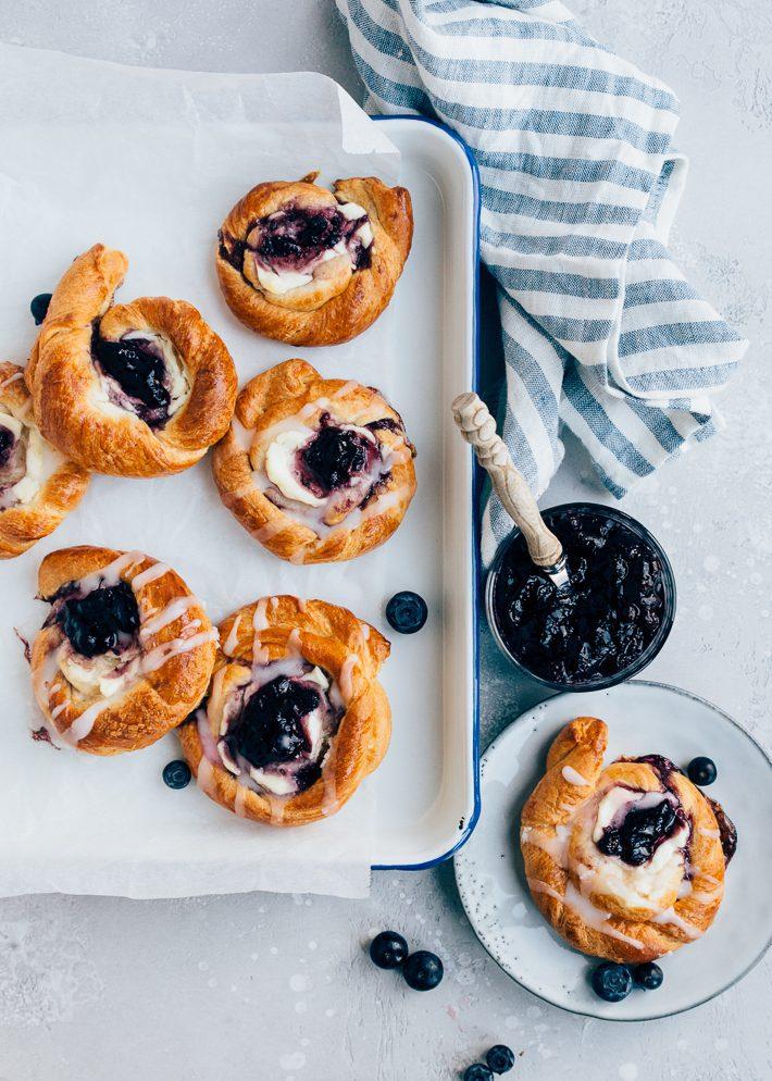 Deense broodjes met roomkaas en jam