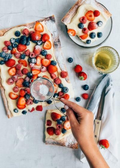 Plaattaart met rood fruit