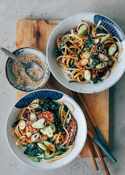 Noodles met sticky saus, spinazie en bosui