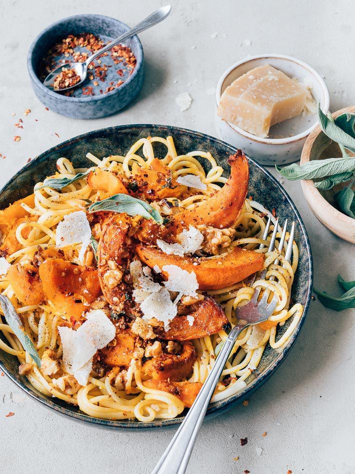 Pasta met pompoen en noten pangrattato
