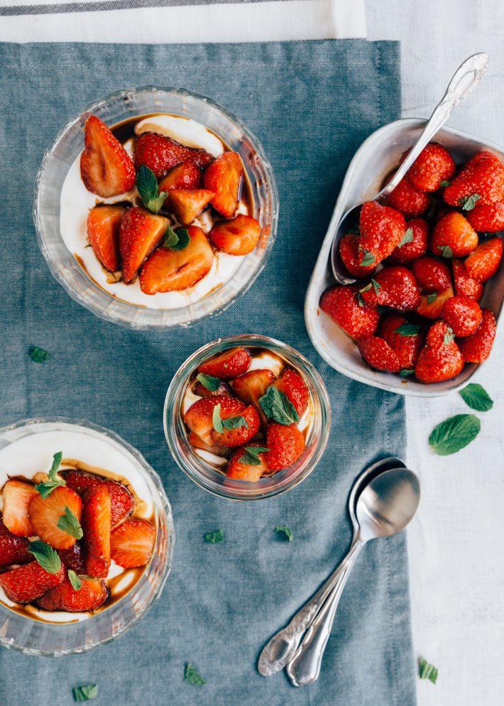 Gemarineerde aardbeien met hangop