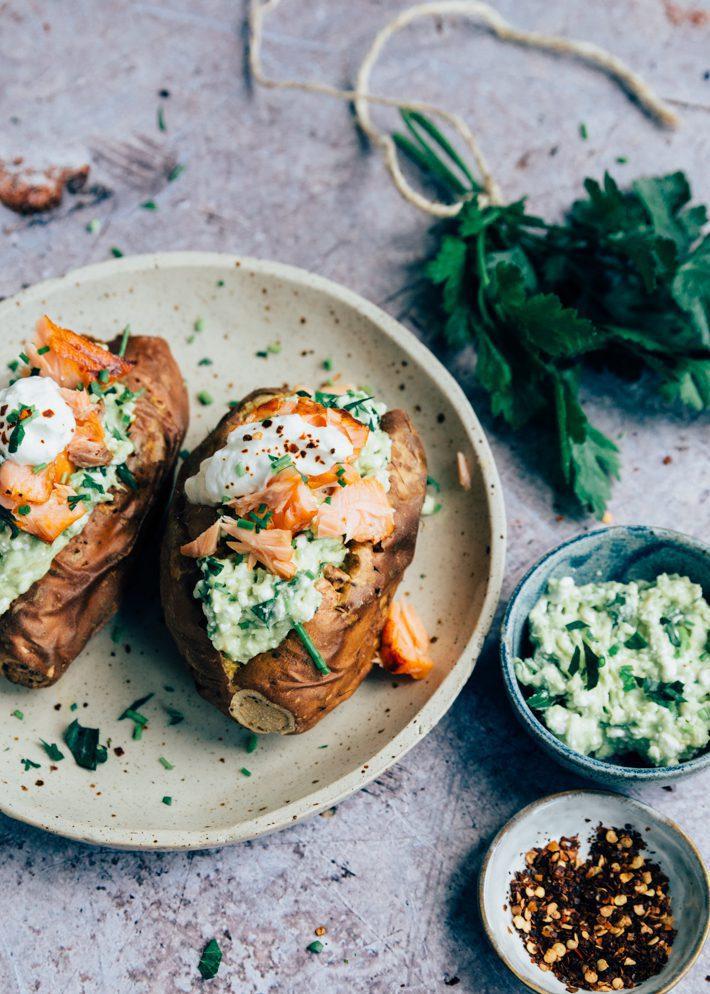 Gepofte zoete aardappel met avocado en zalm