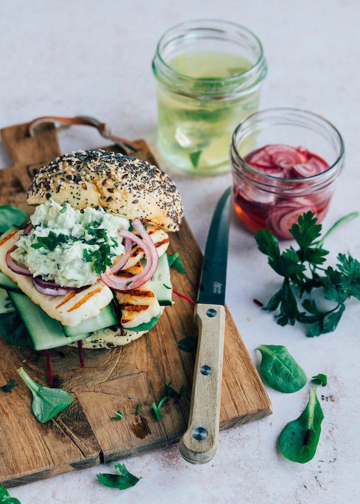 Halloumi burger met avocadospread