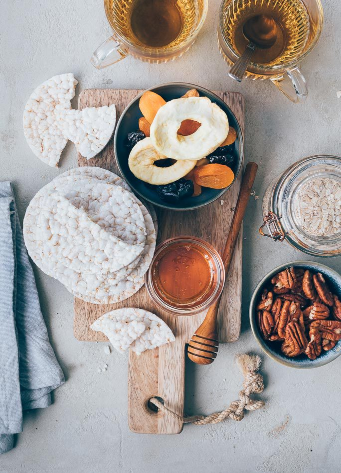 Gezonde snack van rijstwafel en tutti frutti