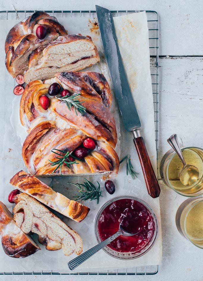 Vlechtbrood met cranberry's en icing