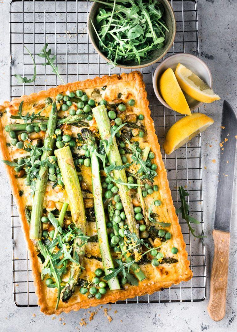 Vegetarische hartige taart met groene asperges